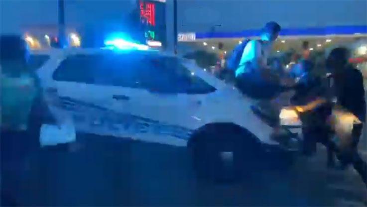 디트로이트 경찰 SUV, 비명을 지르는 시위자들을 들이받고 나아가는 트윗