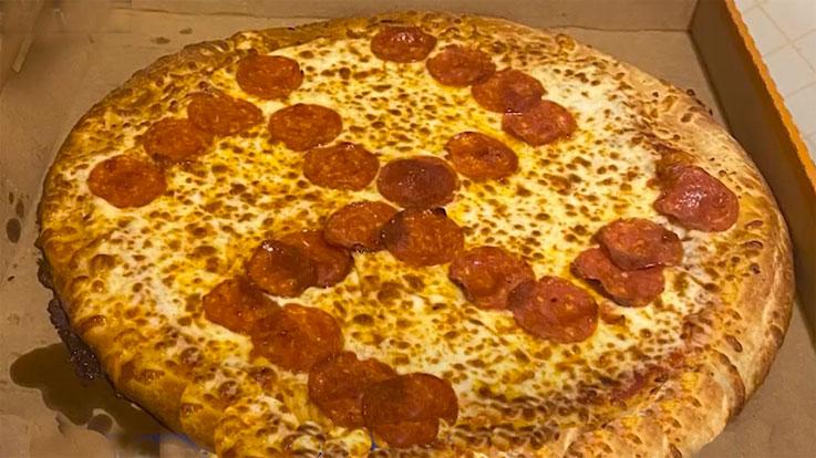 피자에서 페퍼로니로 만든 나치 문양