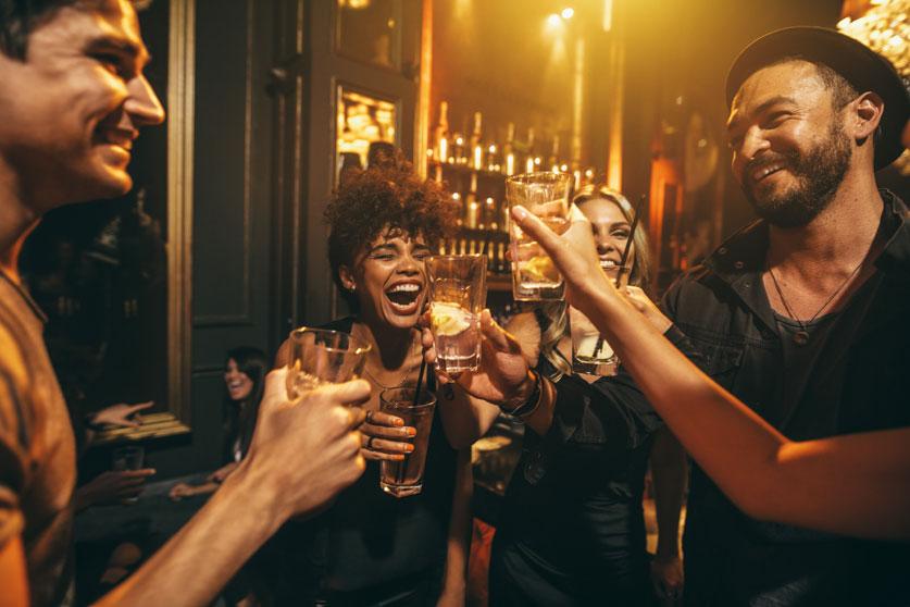 텍사스의 술집 주인들, 그렉 애보트 주지사의 술집 셧다운에 대항하며 고소