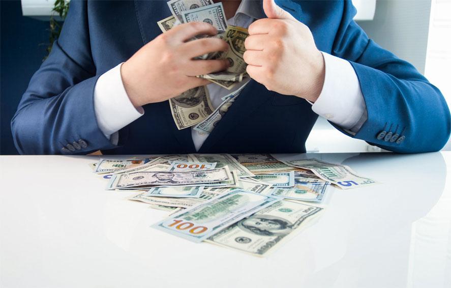 급여지급프로그램(PPP)의 자금 수령후, 개인 사치품 구입한 남자 기소