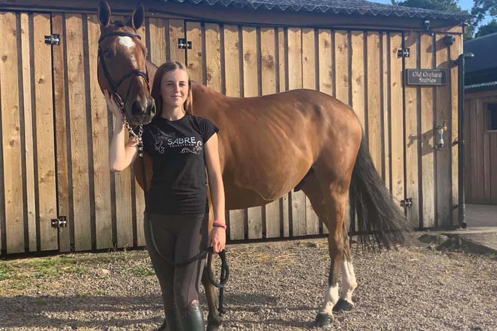 16세 영국 승마선수, 엄마가 말을 천천히 타라고 하자, 마굿간 근처 에서 자살