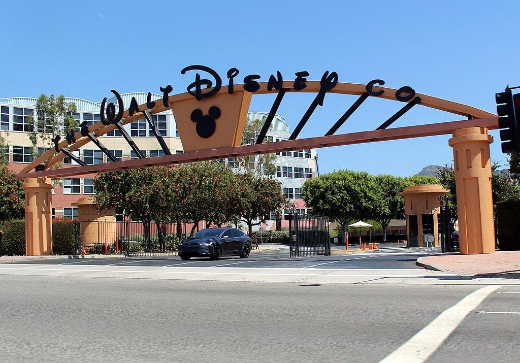 디즈니, 32,000명의 직원 해고 예정