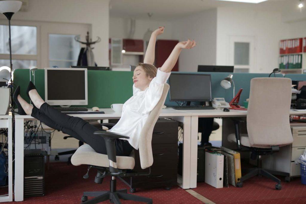 전문가들, 가만히 앉아있지 말고 하루 조금씩이라도 몸 움직이는 것 강조