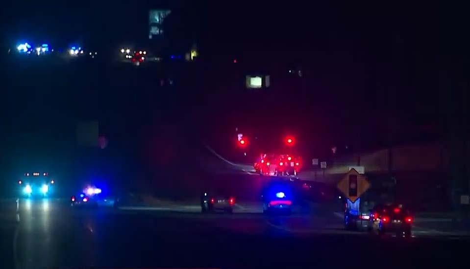차량 총격전끝에 경찰 3명 부상, 용의자 1명 사망, 다른 1명 구속