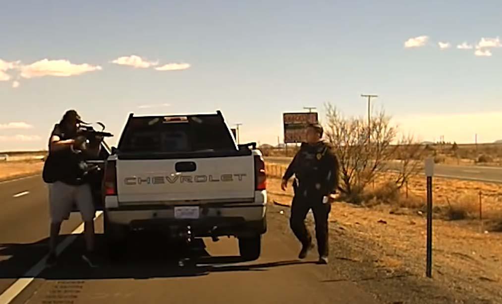 지난 2월 뉴멕시코 경찰관, 교통 임무 수행중 총 맞는 영상