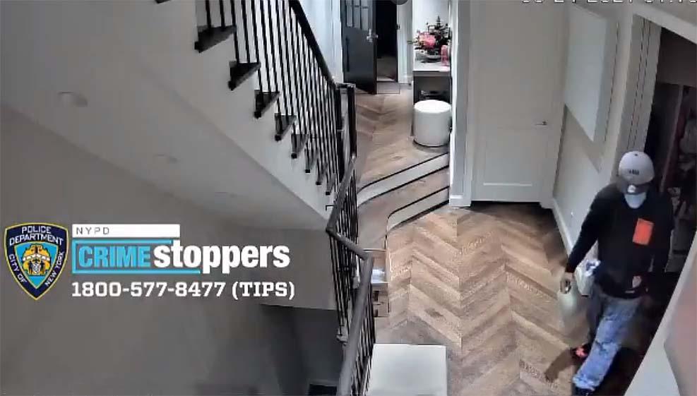 뉴욕시 경찰, 한 주택에 침입한 괴한 영상 공개