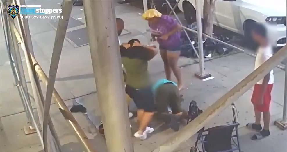 뉴욕 시에서 61세 여성이 구타 및 강도 당하는 영상