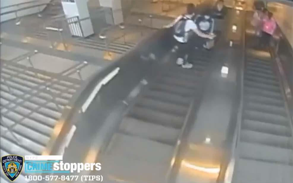 뉴욕시 전철역 에스컬레이터 에서 한 여성을 발로 차는 남성 영상