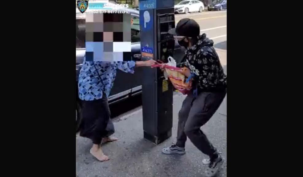 뉴욕 퀸즈의 한 남성, 77세 여성 강도 폭행하는 영상