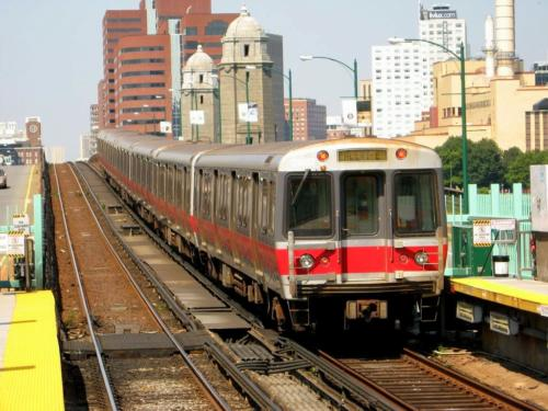 Outbound train at Charles MGH station July 2007