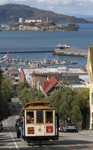 하이드 거리 (Hyde St.)에 있는 케이블카. 뒤쪽에는 알카레츠섬이 보인다.