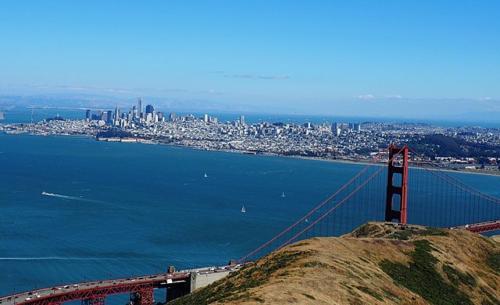 금문교와 그 뒤에 보이는 샌프란시스코 다운타운