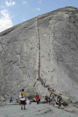 등산객들이 케이블을 잡고 하프돔에 올라가는 광경